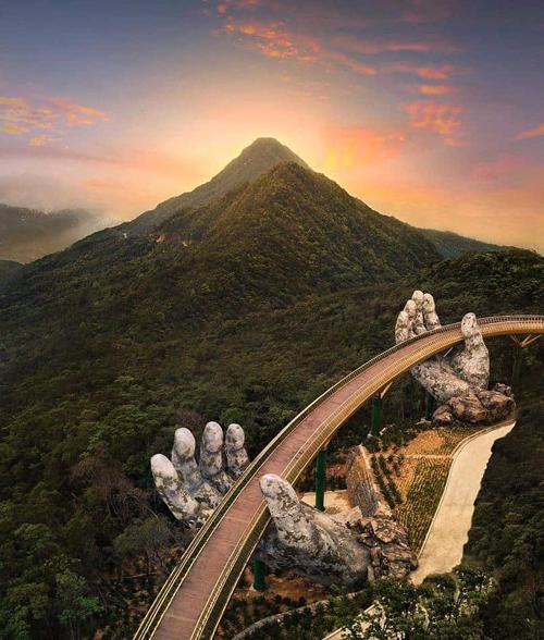 Cầu Vàng là điểm đến thu hút du khách tại Việt Nam thời gian qua. Cây cầu nằm trên đỉnh núi Bà Nà, một trong những cảnh đẹp nổi tiếng tại Đà Nẵng. Trang Bored Panda ca ngợi đây là cây cầu đẹp đến nghẹt thở như bước ra từ phim Chúa nhẫn. Guardian xếp nó vào danh sách những cây cầu có kiến trúc kỳ lạ, tuyệt vời nhất thế giới. AFP đã viết một bài về cây cầu có tiêu đề: Bước đi trong tay của thần: Cầu Vàng của Việt Nam trở thành hiện tượng lạ.