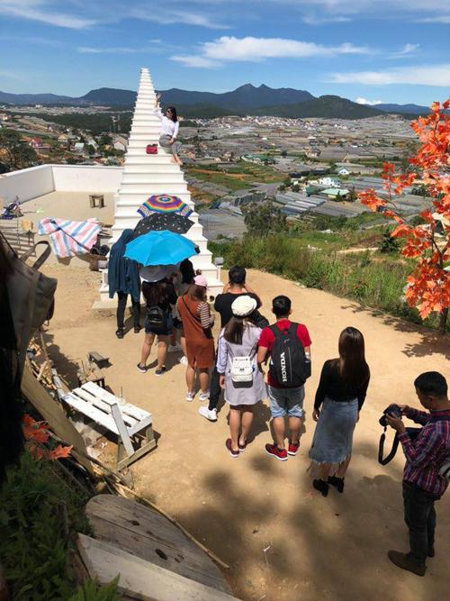 Từ trước khi quán mở cửa, đã có nhiều người đứng đợi để chụp hình. Du khách không ngại xếp hàng dài dưới trời nắng để có những tác phẩm sống ảo.