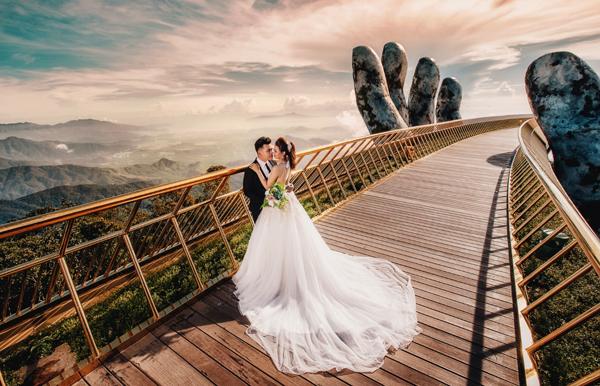 Để có những bức hình lung linh, các du khách đua nhau kéo đến Cầu Vàng. Nhiều bộ ảnh cưới cũng được ra đời ở đây, bắt được ánh vàng của cầu và đôi bàn tay rêu phong như một tàn tích từ thời cổ đại.