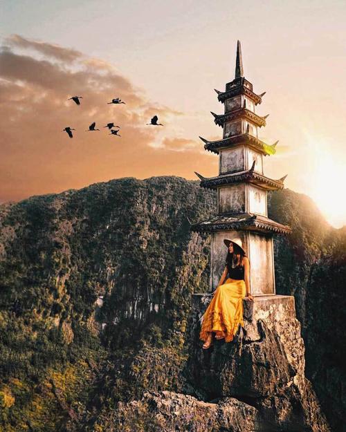 Nhờ sức lan tỏa trên mạng xã hội, Hang Múa đang trở thành một trong những điểm check-in hot nhất Việt Nam, thu hút cả khách ta và khách Tây.Hang Múa nằm dưới chân núi Múa, nơi đây được nhiều du khách ví von là Vạn lý Trường thành của Việt Nam với 486 bậc đá rêu phong.