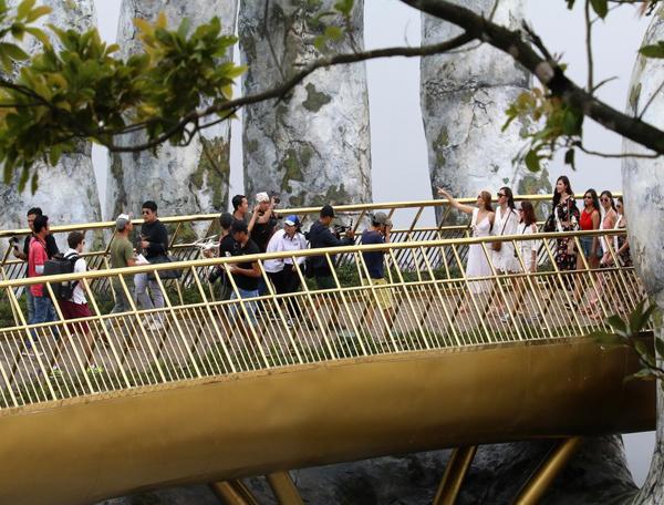 Cũng giống như nhiều điểm chụp ảnh nổi tiếng khác, Cầu Vàng luôn trong tình trạng nêm chặt người vào những lúc cao điểm. Bạn sẽ phải khéo léo chọn chỗ hoặc căn giờ thật sớm/thật muộn để tránh việc phải chen chúc, giúp bức ảnh của mình đẹp mắt hơn.