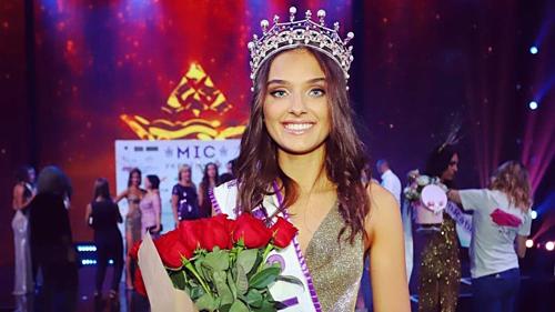 Đăng quang Hoa hậu Ukraine 2018 chưa được một tuần, Veronica Didusenko bị tước vương miện vì bị BTC phanh phui chuyện đã có con. Giám đốc điều hành của tổ chức hoa hậu Ukraine khẳng định, hành động của Veronica đã vi phạm các quy tắc vì không cung cấp thông tin chính xác trong việc đăng ký dự thi.