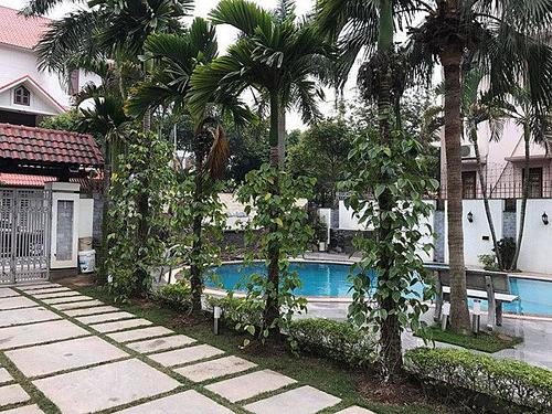 Bể bơi được xây ngay lối vào căn biệt thự.