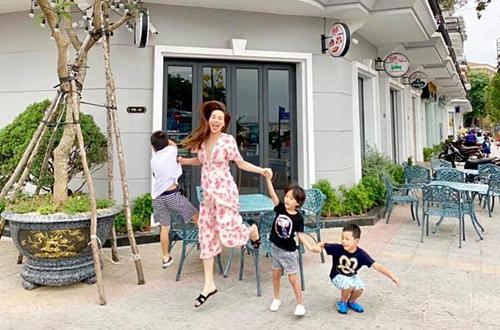 Hồ Ngọc Hà cùng con trai Subeo và các cháu về thăm quê tại Quảng Bình. Cô vui mừng khi thấy quê hương đổi thay sau nhiều năm: Lâu rồi mới về, thật sự quá ngỡ ngàng và tự hào. Mọi thứ đã khác, phát triển nhiều, nhộn nhịp và sạch sẽ. Quảng Bình bình yên thoáng đãng, bây giờ đúng nghĩa là thành phố đáng du lịch và nghỉ ngơi.