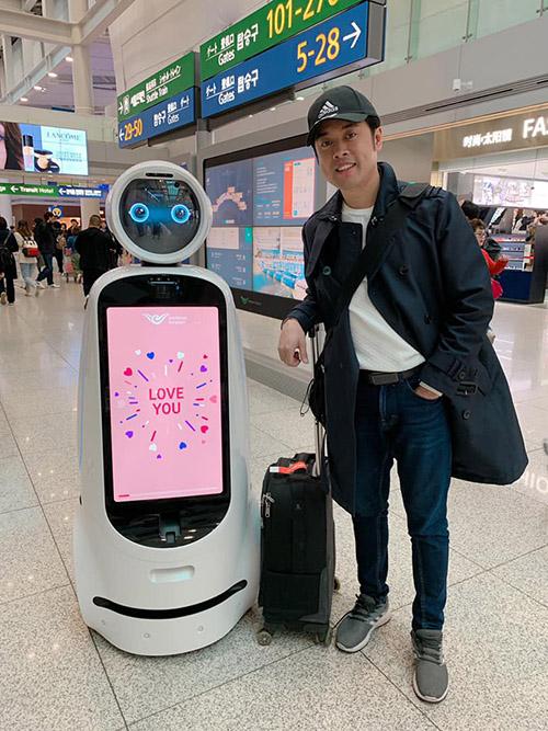 Dương Khắc Linh thích thú pose hình với chú robot ở sân bay Seoul.