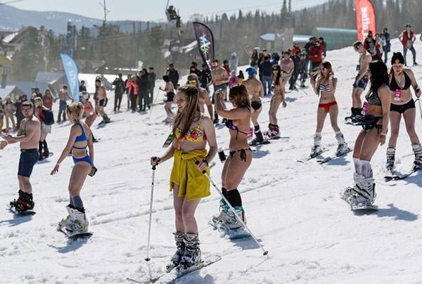 Hơn 10.000 người đã tham dự lễ hội. Họ trượt tuyết và thi hát karaoke.