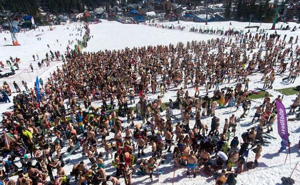 Hơn 1.500 người đã tham gia vào nghi lễ tại lễ hội Grelka ở vùng Kermerovo để đánh dấu sự kết thúc của mùa đông. Dưới ánh nắng mặt trời của Siberia, hàng trăm người đã lột bỏ quần áo bên ngoài, chỉ mặc độc đồ bơi để trượt tuyết.