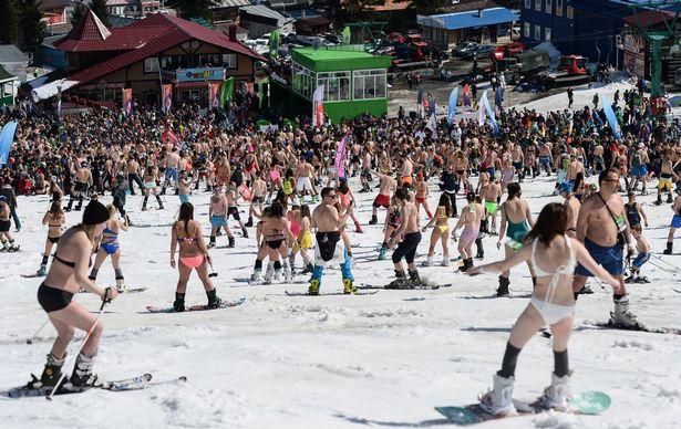 Khung cảnh nơi đây những ngày qua được mô tả: Mặt trời giống như Thái Lan, tuyết giống như ở Áo, bữa tiệc giống như ở Ibiza!.