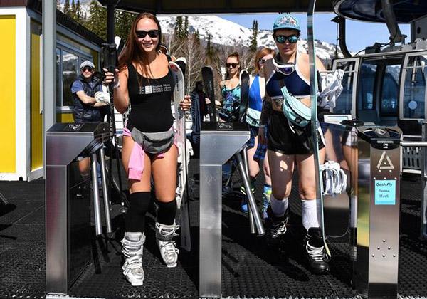 Hàng trăm người mặc bikini trượt tuyết ở Nga - 5