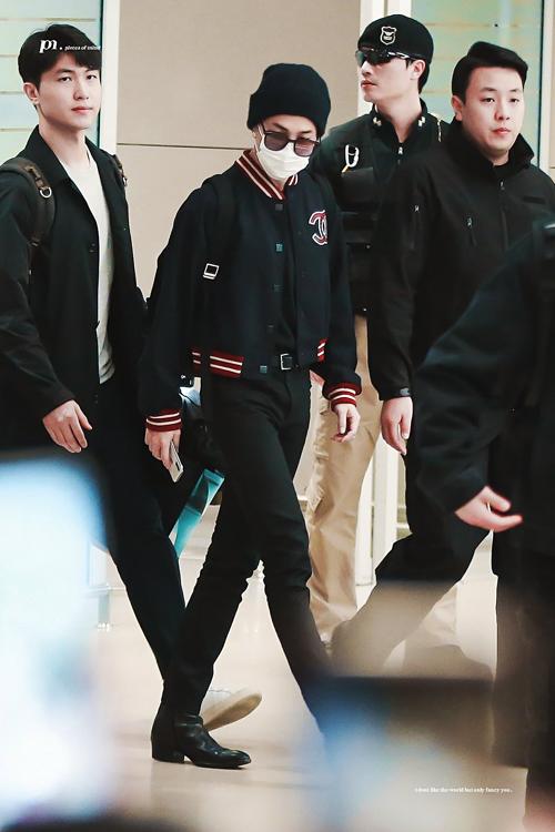 Ji Min trẻ trung trong set đồ gồm quần jean đen, áo khoác bóng rổ Chanel.