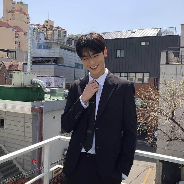 Cha Eun Woo đóng bộ vest bảnh bao cười e thẹn khoe vẻ điển trai.