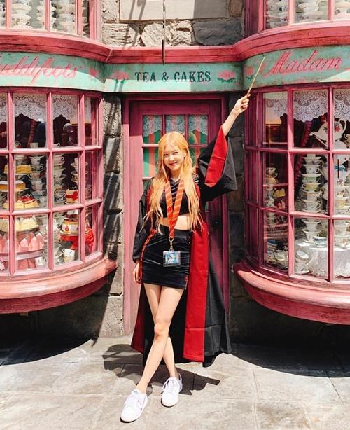 Rosé hóa cô phù thủy xinh đẹp khoe chân dài, dáng chuẩn ở Universial Studios.