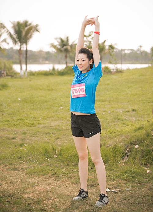 Cuối tuần vừa qua, Á hậu Tú Anh đã cùng em họ và cháu gái (cháu gái lớn – con của cậu) tham gia giải chạy được tổ chức tại thủ đô Hà Nội.