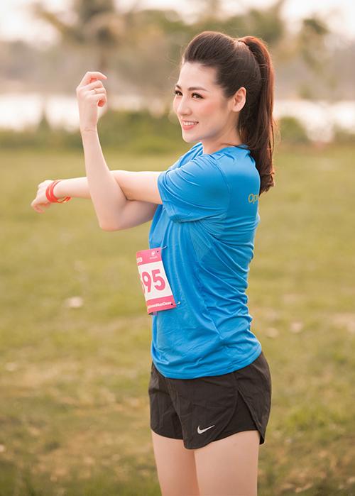 Cô khoe vóc dáng thon thả chỉ sau 4 tháng sinh em bé trong bộ trang phục thể thao. Trước khi chạy, Tú Anh thực hiện vài động tác khởi động.