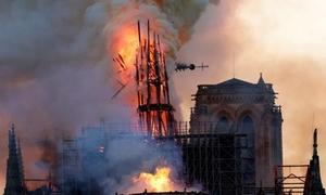 Cảnh tượng lửa bao trùm, tháp chuông đổ sập ở Nhà thờ Đức Bà Paris