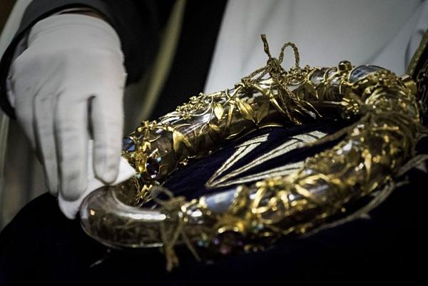 Vương miện vàng tại Nhà thờ Đức Bà Paris đã được cứu khỏi đám cháy an toàn.
