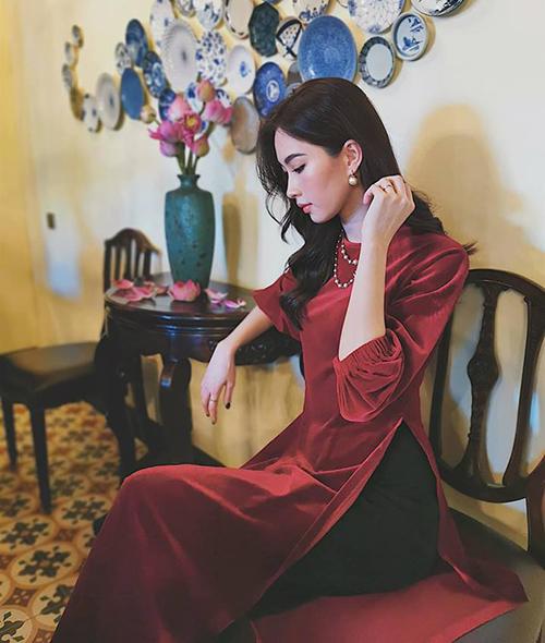 Đặng Thu Thảo đẹp mong manh như các tiểu thư xưa trong bộ áo dài kiểu cổ điển.