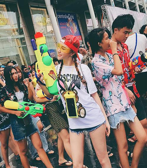 Hạnh Sino nhí nhảnh khi tham dự lễ hội té nước ở Thái Lan.