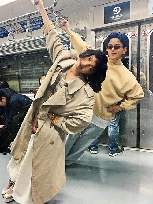 Châu Bùi và Decao rất hợp cạ nhau về độ nhắng nhít, không ngại bày trò ngay trên tàu điện ngầm.