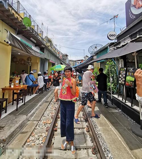 HHen Niê đáng yêu trên đường phố Bangkok.