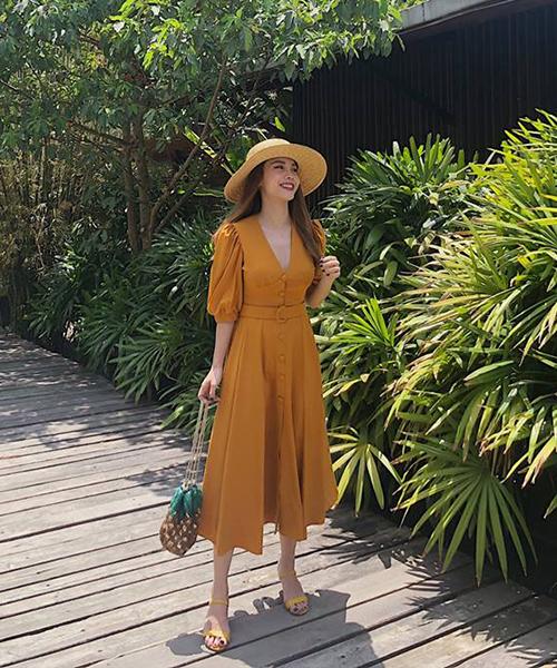 Yến Trang cũng rất xinh tươi trong chiếc váy vàng mù tạt, kết hợp cùng mũ cói mang đến vẻ thanh lịch.