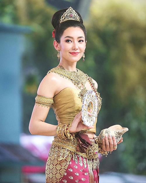 Tại lễ hội té nước năm nay, cô cũng gây sốt với vẻ đẹp đỉnh cao, tóc búi kiêu sa, cài vương miện đúng chuẩn nữ thần và tông trang điểm ngọt ngào.
