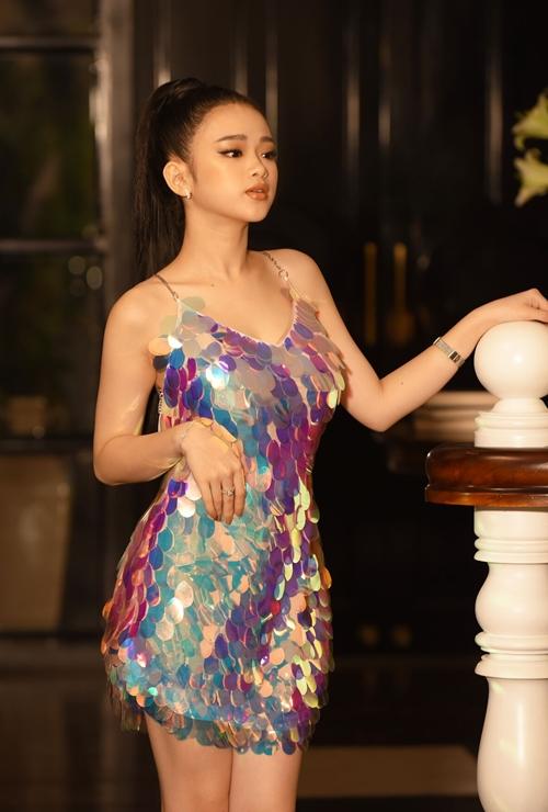 Linh Ka - hot girl sinh năm 2001 từng nổi lên trong cộng đồng teen Việt 2 năm qua. Dù mới 16-17 tuổi nhưng cô nàng không ngại theo đuổi hình ảnh gợi cảm. Nhiều hình ảnh lớn trước tuổi của Linh Ka từng trở thành chủ đề được bàn tán. Mới nhất, cô nàng tái xuất bằng việc tham gia diễn xuất trong MV debut Đừng gọi cho anh nữa của hot boy Dương Minh Tuấn.