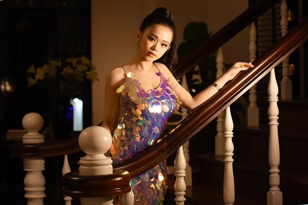 Dương Minh Tuấn chia sẻ lý do chọn Linh Ka diễn xuất chung, Dương Minh Tuấn không ngại thừa nhận vì tên tuổi của bạn diễn sẽ giúp MV có độ viral hơn. Tôi muốn mọi người phải chú ý đến Linh Ka, nhưng là chú ý theo hướng bất ngờ vì cô bé khác biệt, đẹp hơn, không hề giống với những hình ảnh trước đây
