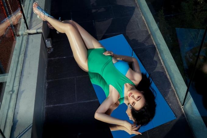 <p> Phương Khánh leo lên nóc tòa nhà cao tầng để thực hiện bộ ảnh này thay vì tạo dáng ở bãi biển hay bể bơi.</p>