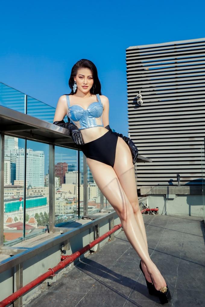 Phương Khánh chụp ảnh áo tắm trên nóc tòa nhà cao tầng