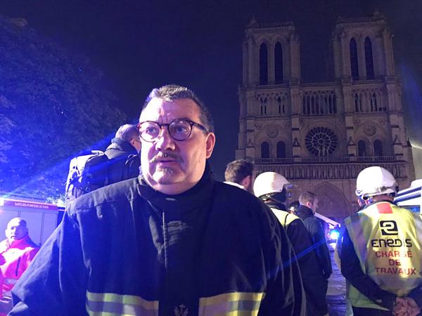 Người đầu tiên vào nhà thờ Đức Bà Paris sau vụ cháy - 2