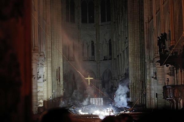 Cây thánh giá trên bệ thờ chính đã thoát khỏi sự tàn phá của ngọn lửa.