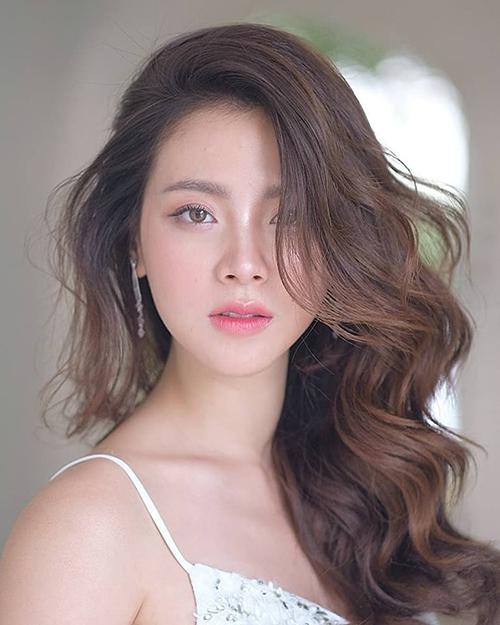 Ở đời thường, nhan sắc của người đẹp 27 tuổi cũng thu hút không kém. Cô sở hữu khuôn miệng trái tim chuẩn mực được nhiều cô gái Thái Lan ngưỡng mộ.