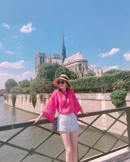 Lee Da Hae vừa đăng ảnh chụp cùng Nhà thờ Đức Bà Paris ngày hôm qua thì sau đó không lâu nơi này xảy ra hỏa hoạn.
