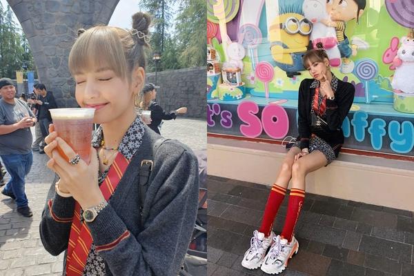 Lisa khoe ảnh đi chơi Universial Studios, uống bia bơ nổi tiếng trong Harry Potter. Thành viên Black Pink mê mốt giày thô kệch, càng làm nổi bật đôi chân thon nhỏ.