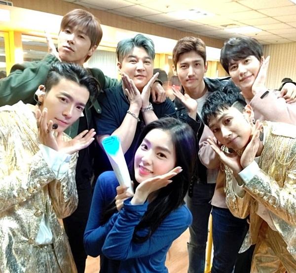 Các sao nhà SM như Irene, Yun Ho và Chang Min, Shin Dong và Kyu Hyun đến cổ vũ concert của bộ đôi Dong Hae - Eun Hyuk.