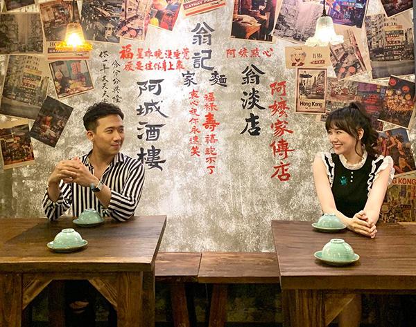 Hari Won - Trấn Thành rủ nhau đi ăn nhưng nghịch ngợm mỗi người ngồi một bàn.