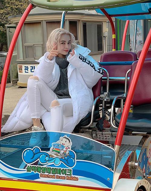MLee diện áo phao dày cộp khi đi công tác Hàn Quốc.