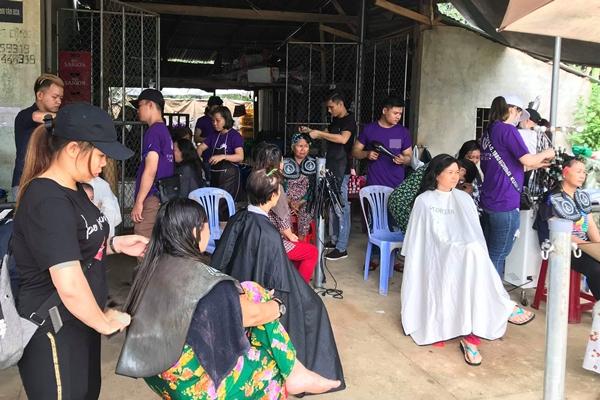Nhóm bạn trẻ khoảng 25 người cắt tóc miễn phí cho người dân nghèo.