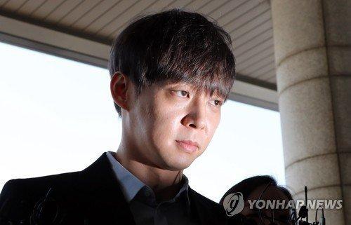 Park Yoo Chun đến lấy lời khai tại Sở cảnh sát vào sáng nay.
