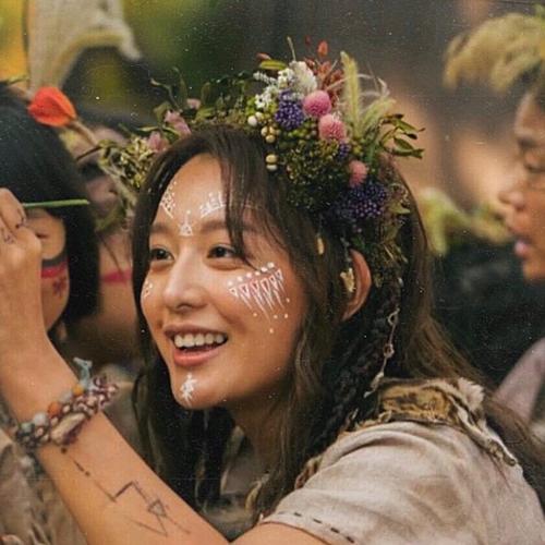 Kim Ji Won vào vai Tan Ya, người con gái kế thừa bộ tộc Wahan.