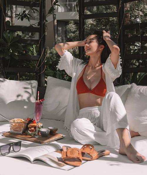Trang cá nhân của Jun Vũ luôn ngập tràn hình ảnh cô nàng trong những chuyến nghỉ dưỡng sang chảnh. Người đẹp diện bikini khoe vòng một căng tròn, eo thon nhỏ.