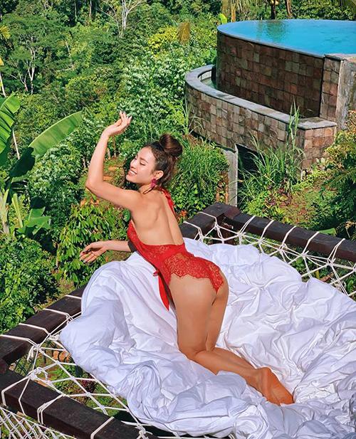 Người đẹp sở hữu bộ sưu tập áo tắm ngập tràn màu sắc, giúp những bức hình dưới nắng càng thêm bắt mắt, nổi bật.