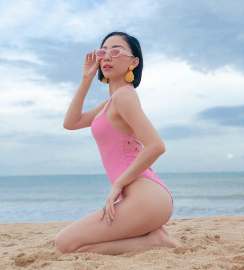 Người đẹp rất biết cách tạo những tư thế gợi cảm khi chụp hình để tăng thêm vẻ sexy.