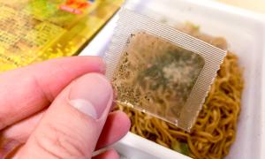 Mì gói gia vị 'bụi vàng' gây tranh cãi tại Nhật Bản