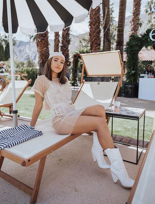 Đồ xuyên thấu chưa bao giờ lỗi mốt mỗi kỳ lễ hội Coachella, và năm nay cũng không phải ngoại lệ. Chất liệu vải mong manh giúp các cô gái khoe khéo đường cong ẩn hiện cùng làn da nâu khỏe khoắn.
