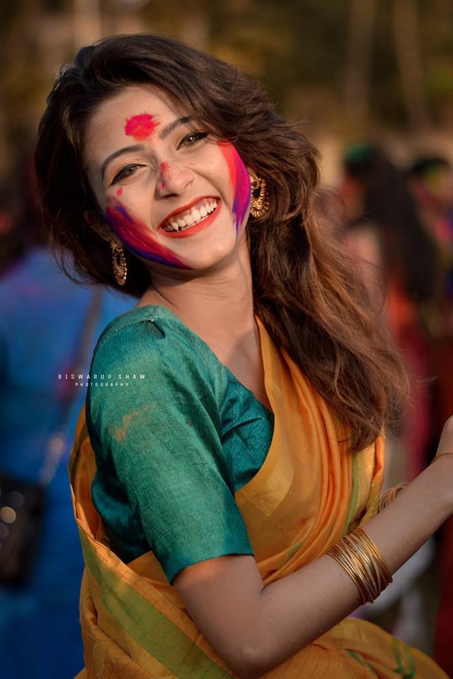 <p> Một số người cho rằngJoyeeta Sanyal mang nét đẹp khó lẫn của phụ nữ Ấn Độ, một trong những quốc gia có phụ nữ đẹp nhất thế giới. Vẻ đẹp của họ là sự kết hợp hài hòa giữa truyền thống và hiện đại. Các cô gái Ấn luôn cẩn trọng trong bất cứ việc gì, từ cư xử đến chăm sóc gia đình. Và hơn hết, dù khoác lên người hơn 5m vải, những phụ nữ ở quốc gia này vẫn toát lên vẻ gợi cảm và lộng lẫy.</p>