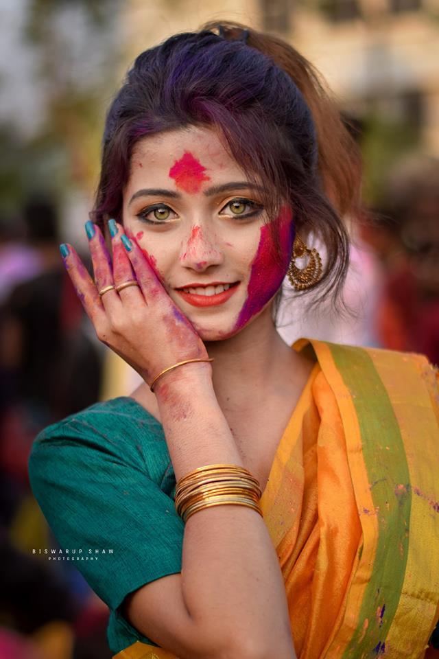 <p> Trước máy ảnh lạ, cô gái nở nụ cười nhưng vẫn toát lên vẻ huyền bí.</p>