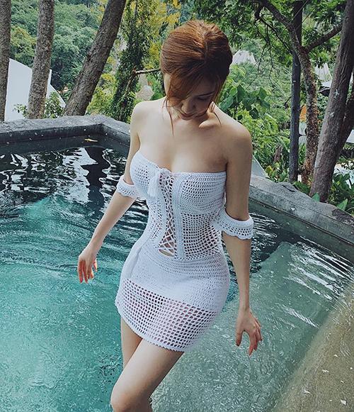 Hạnh Sino tôn lên vóc dáng miễn chê, vòng nào ra vòng nấy khi diện chiếc váy len móc sexy.