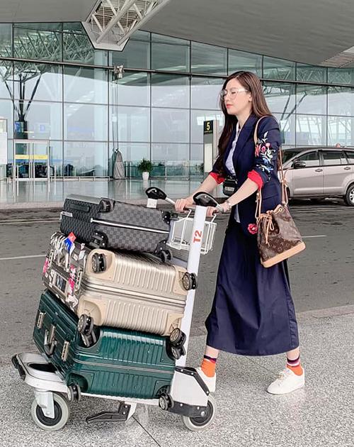 Quế Vân mang ba chiếc vali hành lý sang Hàn Quốc.